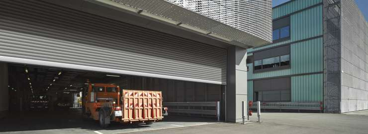 Ruloniniai pramoniniai vartai, sandėliavimo sandėlyje.